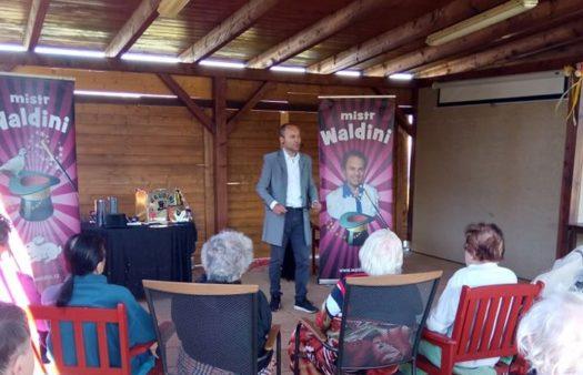 Kouzelník Waldini v SeniorCentru Šanov